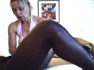 Mamá da un masaje y handjob al hombre negro