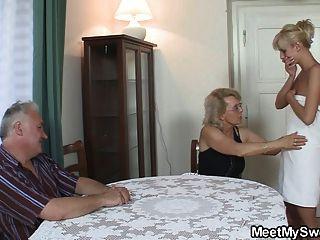 Él encuentra a su mamá y papá follando su gf