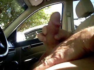 Milf me coge masturbándose en el coche
