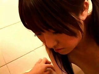 Mamá embarazada japonesa en el baño
