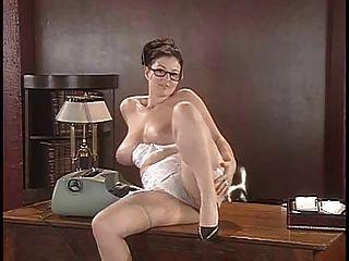 Lorna morgan tira su lencería y posa sobre el escritorio
