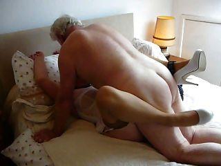 Mi amo, folla a mi esposa, hace su orgasmo y mojado.