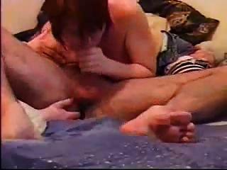 Doblando su culo y chupando su polla