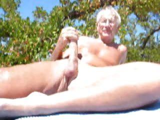 Mayores hombres cumming en la playa