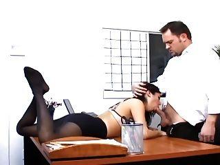 Sexo de oficina con una secretaria tetona en calcetería sexy