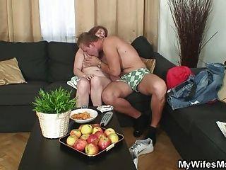 Marido hace trampa con su madre vieja wifes