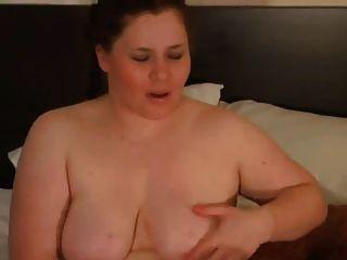 Mi novia gordita cachonda jugando con su coño afeitado