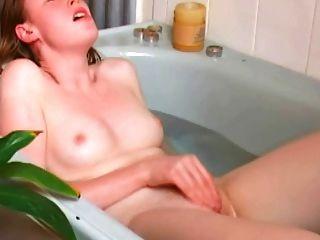 Orgasmos en solitario pelirroja en baño
