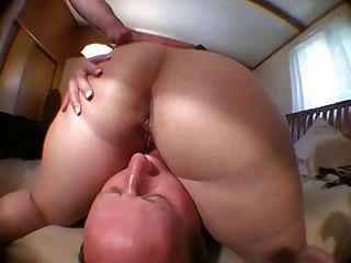 El esposo balding lame el coño de los wifes después que el amigo la folla!