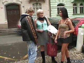 Chico joven vs prostituta madura