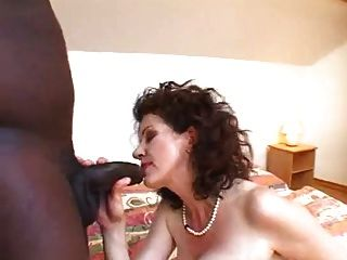 Mega peludo mamá cogida joven negro