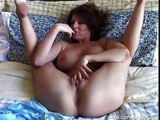 Milf sexy juega con su coño bonito