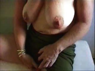 Abuelita caliente acariciando su gran clítoris