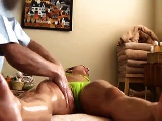 Chico asiático da chica de escuela blanca un masaje