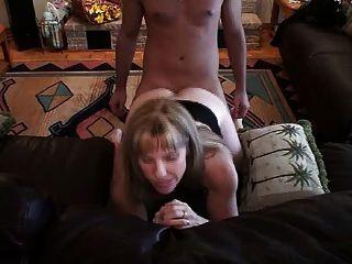 Hotwife carol toma un pene joven en su culo
