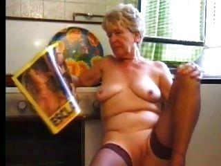 Abuelita en medias juega en la cocina