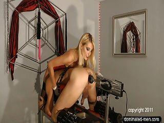Natalie negro y el esclavo anal en el fuckingmaschine