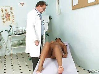 Negro manuela gyno examen por blanco viejo médico