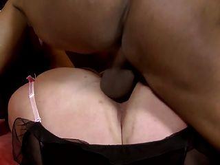 Una criada que hará cualquier cosa por su cliente