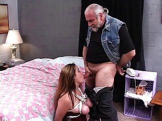 Sexy, morena gruesa está atada y follada en la cama por un tipo mayor