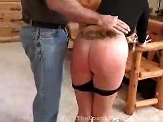 Rubia bruja recibe azotes por su desobediencia