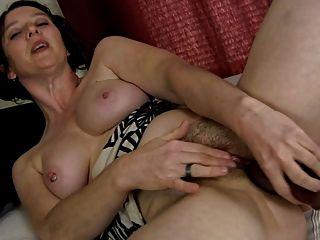 Pervertido milf peludo y su consolador (masturbación)