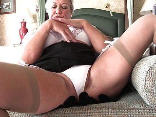 Sexy británica dama jugando con ella misma