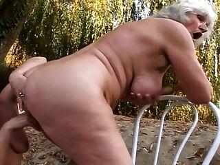 Lesbianas abuelas follando al aire libre