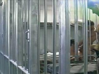 Un hombre encarcelado es jodido por dos de sus presos, en una celda de la cárcel.