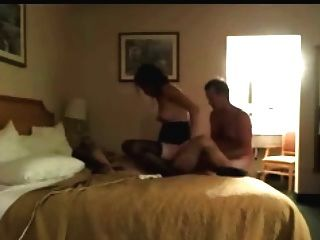 Esposa y marido disfrutando del sexo en el hotel