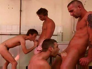 Impresionante gay 4 algunos fuck escena grandes pollas en el baño público