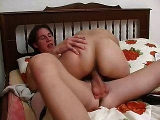 El joven tiene sexo con una señora mayor