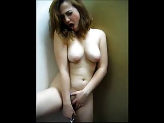 Adorable gf cumming en público
