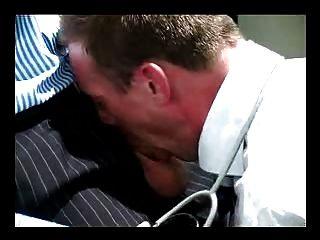 Más viejo maduro peludo médico trajes atar los dedos del culo desnudo mierda