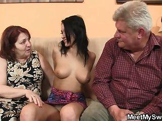Chica desagradable follando con sus padres viejos bf