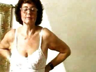 Abuelita en la media dildoing su coño de edad