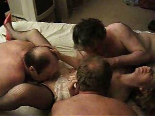 Milf británico sexy disfrutando de un gangbang c3p0