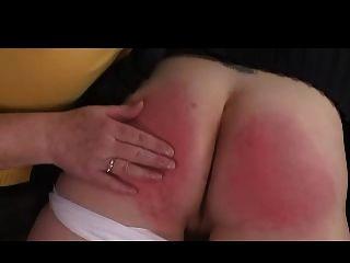 Domme granny spanks niña sobre su rodilla