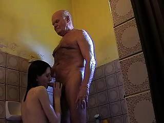 Muy viejo abuelo mireck y niña