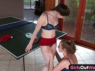 Chicas a las chicas aficionadas al oeste lamiendo sus peludas