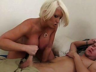 Mamá de paso masturbándose fuera de su hijo