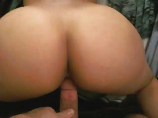 Mostrando su culo fuera, luego ser jodido por detrás