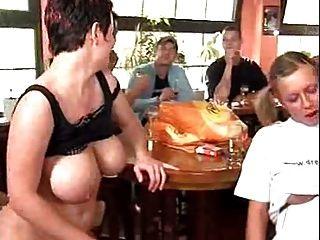 Orgía alemana en el bar con un montón de coño pounding
