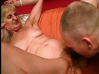Abuelita toma sus dientes para una mejor chupar