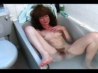 Peludo maduro en el baño