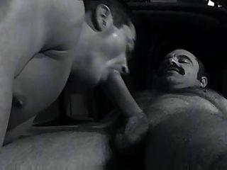 Papá bigoton con musculoso