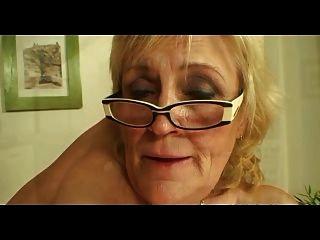 Saggy titted abuelita en gafas y medias folla más