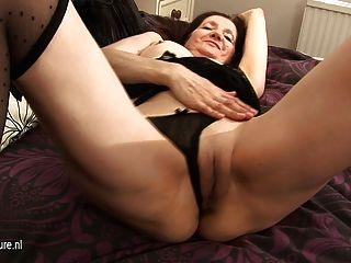 Amateur ama de casa caliente jugando con su coño mojado