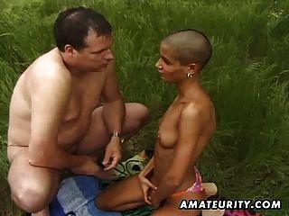 Novia amateur negro chupa y folla al aire libre