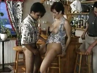 MILF caliente permite a los chicos en el bar tomar turnos en su coño